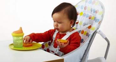 تجسمی از رها کردن، انداختن و پرتاب کردن اشیا در ذهن نوزاد
